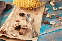 Cucharas y dulces del té del vintage en fondo azul de madera Fotos de archivo