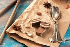 Cucharas y dulces del té del vintage en fondo azul de madera Foto de archivo