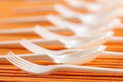 Cucharas y forkes plásticas Imagen de archivo