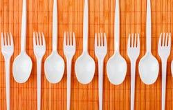 Cucharas y forkes plásticas Foto de archivo