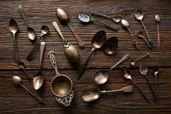 Cucharas y tamices retros del té del vintage imágenes de archivo libres de regalías