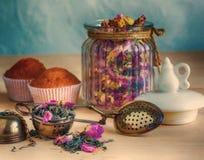 Cucharee y un cilindro para el té, retro Fotografía de archivo libre de regalías