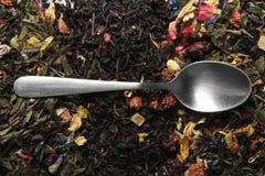 Cucharilla y infusión de hierbas Imagen de archivo libre de regalías