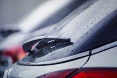 Cuchilla de limpiador sobre el vidrio del coche Fotos de archivo libres de regalías
