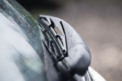 Cuchilla de limpiador sobre el vidrio del coche Foto de archivo