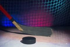 Cuchilla del palillo de hockey de madera en el hielo Fotografía de archivo libre de regalías