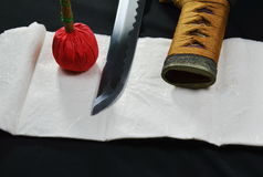 Cuchilla y funda de la espada de Katana Japanese con la compresa roja Fotos de archivo