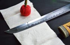 Cuchilla y funda de la espada de Katana Japanese con la compresa roja Foto de archivo