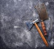 Cuchilla y hacha del vintage de los carniceros para la carne Imágenes de archivo libres de regalías