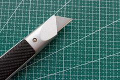 Cuchillo afilado en el compañero para cortar fotografía de archivo libre de regalías