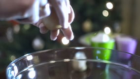 Cuchillo afilado que agrieta un huevo en un bol de vidrio metrajes