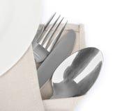 Cuchillo, bifurcación y cuchara con la servilleta de lino Fotografía de archivo libre de regalías