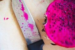 Cuchillo con la fruta púrpura del dragón Foto de archivo