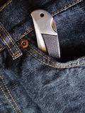 Cuchillo de bolsillo en bolsillo de los pantalones vaqueros Imágenes de archivo libres de regalías