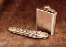 Cuchillo de bolsillo y frasco de la cadera Imágenes de archivo libres de regalías