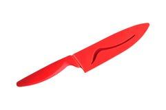 Cuchillo de cerámica rojo con la funda aislada en el fondo blanco Imagen de archivo