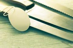 Cuchillo de cocina con una etiqueta en fondo de madera Imagen de archivo libre de regalías