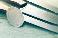 Cuchillo de cocina con una etiqueta en fondo de madera Fotos de archivo