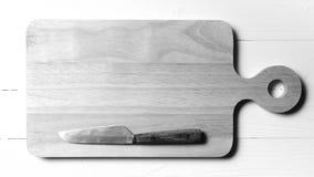 Cuchillo de cocina en estilo blanco y negro del color de tono de la tabla de cortar Fotos de archivo libres de regalías