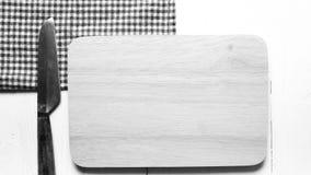 Cuchillo de cocina en estilo blanco y negro del color de tono de la tabla de cortar Imagen de archivo