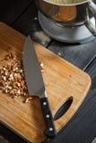 Cuchillo de corte de las almendras Fotos de archivo