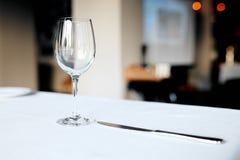 Cuchillo de la copa de vino y de la plata Fotografía de archivo