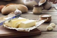 Cuchillo de mantequilla, pan, ajo y leche Fotografía de archivo
