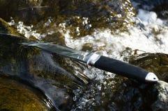 Cuchillo de Tanto en agua Imagen de archivo