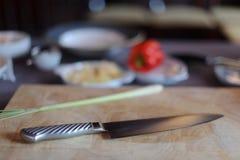 Cuchillo del cocinero con los ingredientes fotografía de archivo libre de regalías