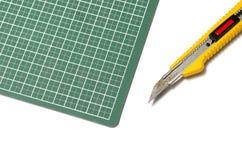 Cuchillo del cortador en tabla de cortar Foto de archivo libre de regalías