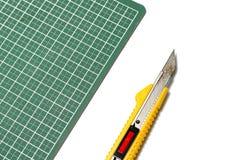 Cuchillo del cortador en tabla de cortar Fotografía de archivo libre de regalías