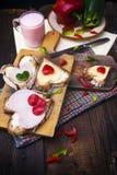 Cuchillo del suero de la comida de las tarjetas de bocadillos de los corazones del desayuno Fotografía de archivo libre de regalías