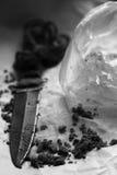 Cuchillo en la hoja de papel Fotos de archivo libres de regalías
