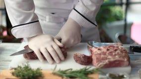Cuchillo en manos y carne almacen de metraje de vídeo