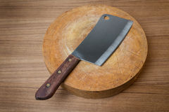 Cuchillo en un carnicero de madera en fondo de madera Imagen de archivo libre de regalías