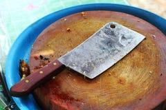 Cuchillo en una tabla de cortar de madera. Fotos de archivo