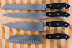 Cuchillo fijado en una tabla de cortar Foto de archivo