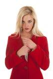 Cuchillo rojo del asimiento de la capa de la mujer mirando del pecho Foto de archivo