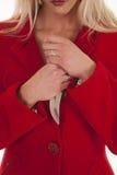 Cuchillo rojo del asimiento de la capa de la mujer por el pecho Imagen de archivo