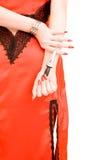 Cuchillo sostenido en las manos de s de la muchacha fotos de archivo libres de regalías