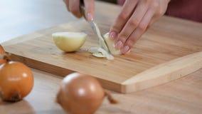 Cuchillo, tabla de cortar, cebolla Corte rápido de verduras metrajes