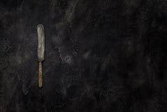Cuchillo viejo del granero en la visión superior concreta Foto de archivo libre de regalías