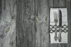 Cuchillo y bifurcación de los cubiertos en superficie de madera gris Imágenes de archivo libres de regalías