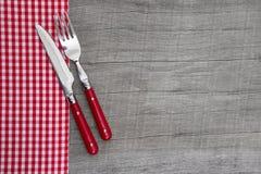 Cuchillo y bifurcación - decoración bávara de la tabla del estilo rural en un wo Imagen de archivo libre de regalías