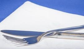 Cuchillo y bifurcación en la servilleta Fotos de archivo libres de regalías