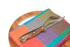 Cuchillo y bifurcación viejos de cocina en el tablero Fotos de archivo libres de regalías