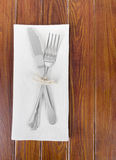 Cuchillo y bifurcación en la servilleta Imagenes de archivo