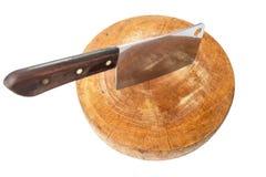 Cuchillo y el cuchillo del viejo cocinero grande en tabla de cortar Imágenes de archivo libres de regalías