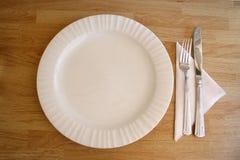 Cuchillo y fork blancos de la placa Imagen de archivo libre de regalías