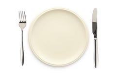 Cuchillo y fork blancos vacíos del plato Foto de archivo